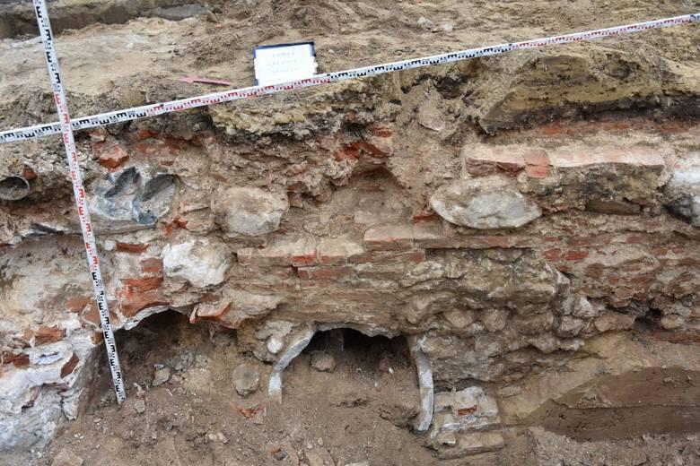 Łomża. Podczas robót budowlanych natrafiono na pozostałości hotelu z XIX wieku i kościoła z XVII wieku [ZDJĘCIA]