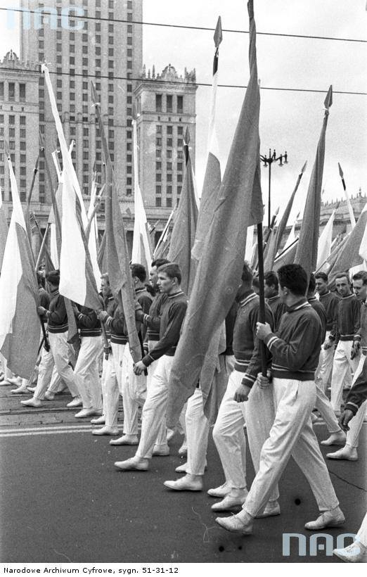 Uczestnicy pochodu z flagami.