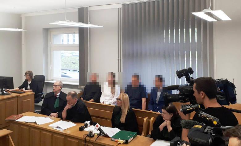 Zabójstwo w Żernikach miało miejsce w marcu 2016 roku. 21-letnia Monika G. zginęła z rąk swojego byłego partnera Sławomira B. On sam później popełnił samobójstwo i został odnaleziony po kilku dniach. W sprawie oskarżono czworo policjantów.
