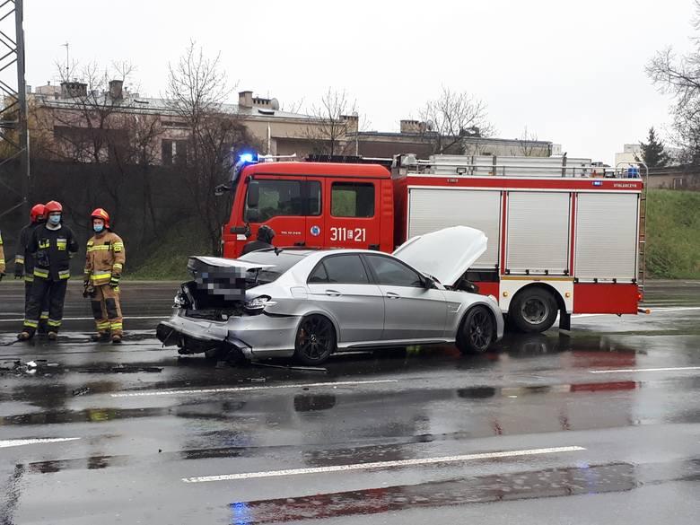 Wypadek na na Retkini w Łodzi. Zderzenie dwóch aut. Na miejscu jest straż pożarna ZDJECIA  16.04.2021