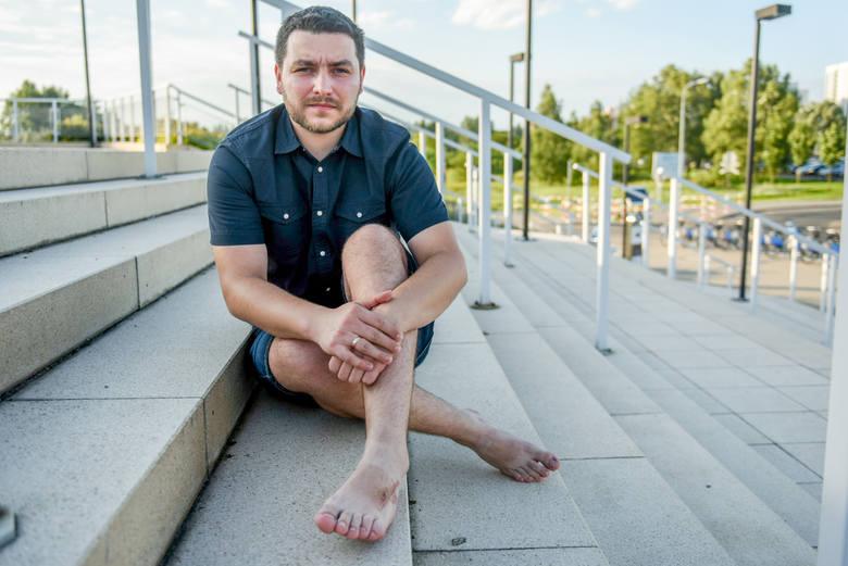Tomasz opowiada, że po wypadku w termach bardzo cierpiał. Stopa spuchła, trzeba było wyciąć fragment kości. Władze term przekonują, że sam spowodował