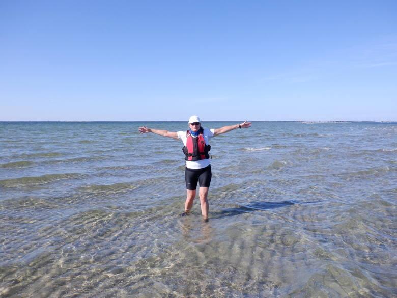 Teraz Iwona Jeziorska sprawdza głębokość wody na Zatoce Puckiej