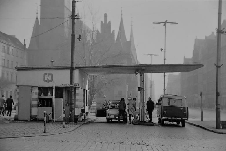Zdjęcia samochodów na wrocławskich ulicach w latach 70 i 80 XX wieku