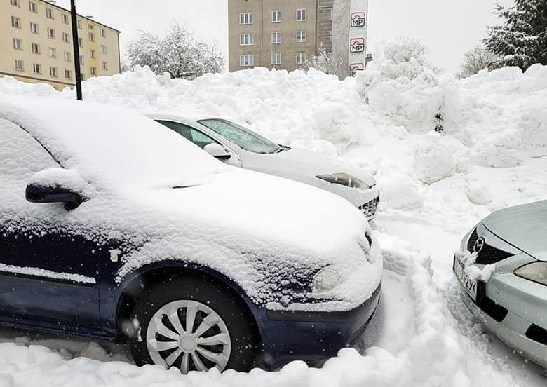 Zasypane osiedla i parkingi nie mogą byc odśnieżopne, bo nie ma jak do nich dojechać. Kierowcy ugrzęźli w gigantycznych zaspach.Zobacz kolejne zdjęcia.