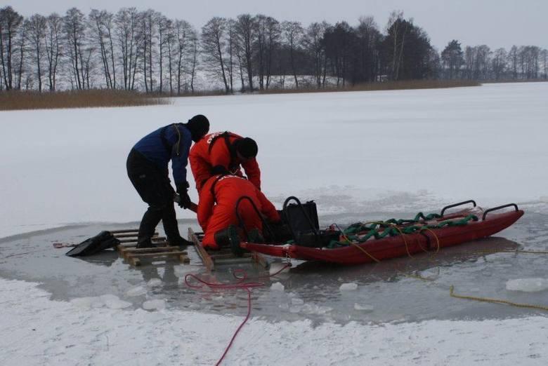 Strażacy znaleźli zwłoki w jeziorze [ZDJĘCIA]