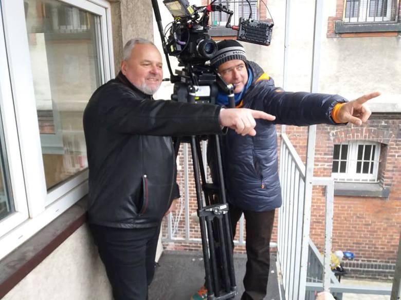 Były dyrektor ZK w Wadowicach (po lewej) na planie serialu Klangor