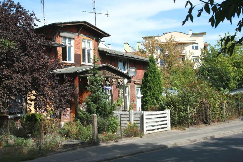 Pierwotnie budynki z pruskiego muru otoczone były ogrodami. Ich cechą charakterystyczną były również pięknie zdobione drewniane ganki. Tak wyglądał zburzony kilka lat temu budynek przy ul. Podgórnej 5