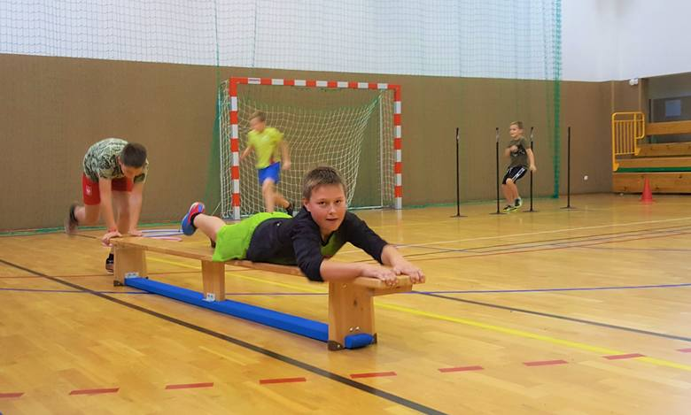 Trener Piotr Żebrowski przygotował dla uczestników zajęć tor przeszkód