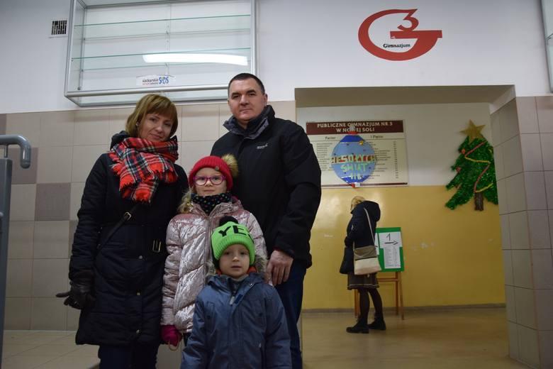 Joanna i Władysław Szostakowie z dziećmi Zosią i Maksymilianem