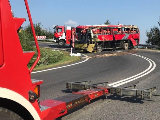 W miejscu tragicznego wypadku w Leszczawie Dolnej cały czas pracują służby porządkowe. Trwa wyciąganie wraku autobusu, który spadł z kilkunastometrowej