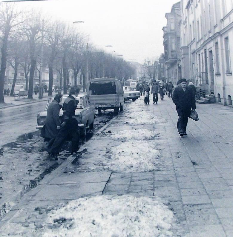 Początek 1975 roku na al. Wojska Polskiego po śnieżnej zimie