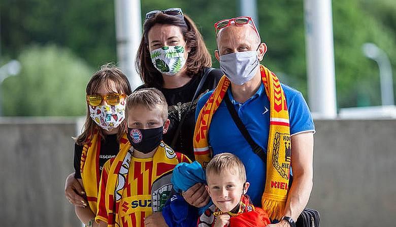 Ze względu na obostrzenia spowodowane epidemią koronawirusa imprezy sportowe w tym roku, między innymi mecze piłkarskie, odbywają się bez udziału kibiców.