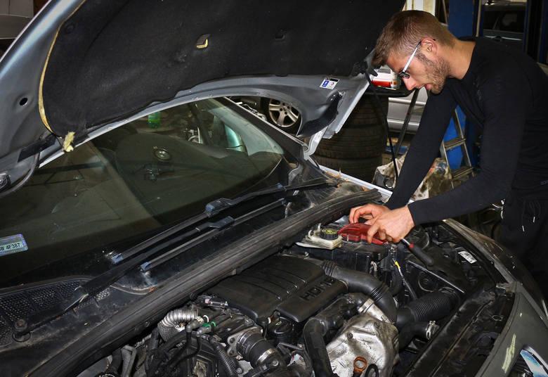 Serwis Motofocus.pl przygotował raport na temat zarobków w warsztacie motoryzacyjnym. W badaniu udział wzięli mechanicy z całej Polski. Zobaczcie, ile