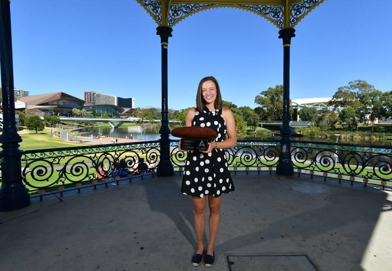 Iga Świątek z trofeum za zwycięstwo w Adelajdzie