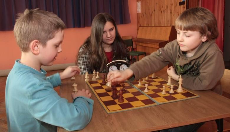 Dariusz Danek- Szachy uczą myśleć - zgodnie twierdzą Miłosz Szpar (od lewej), Justyna Wąsik i Radomił Baran, najbardziej utytułowani rzeszowscy zawo