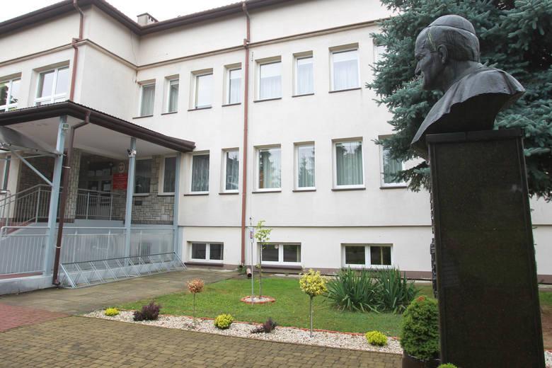 W czerwcu 2018 roku, z woli wójta Andrzeja Głaza, na frontowych ścianach wszystkich pięciu szkół w gminie Tuszów Narodowy zawisły marmurowe tablice z