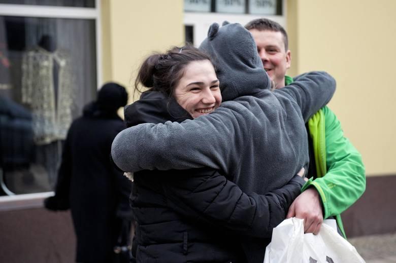 Free Hugs czyli darmowe przytulanie w Rynku w Skierniewicach