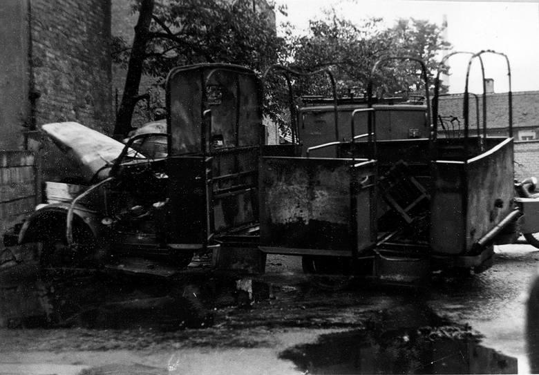 Milicyjna ciężarówka spalona przez protestantów.
