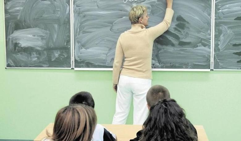1 stycznia 2020 r. część nauczycieli otrzymało podwyżki pensji. Ich wynagrodzenie zostało zwiększone na skutek podniesienia pensji minimalnej. Zobacz