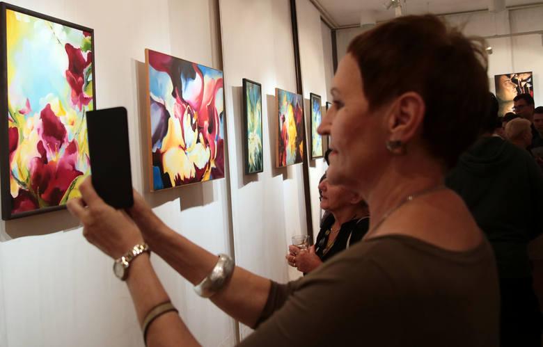 """""""W spojrzeniu i wrażliwości na otoczenie jest wyjątkowo indywidualna. Wnosi nową jakość na rynek sztuki. Jej prace podobają się zarówno tym,"""