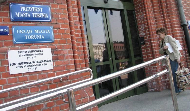 Poprosiliśmy Urząd Miasta Torunia o podanie zarobków pracowników. Przesłał nam medianę miesięcznych wynagrodzeń brutto z umów o pracę na poszczególnych