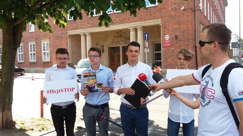"""Młodzi Demokraci donoszą na Gazetę Polską. Chodzi o naklejkę """"Strefa Wolna od LGBT"""""""