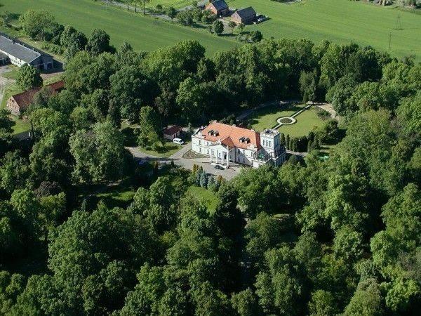 Pałac otoczony jest przepięknym zabytkowym parkiem o powierzchni 8,8 ha, pełnym pomników przyrody, alejek spacerowych, oczek wodnych i mostków. Można