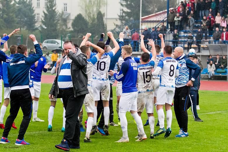 Geo-Eko Ekoball Stal Sanok przegrała u siebie z Karpatami Krosno 1:2 w derbowym pojedynku 22. kolejki 4. ligi podkarpackiej.Geo-Eko Ekoball Stal Sanok