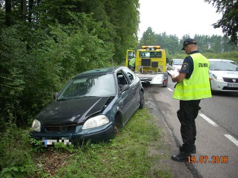 Przy drodze krajowej nr 11 między Koszalinem a Mścicami ktoś porzucił samochód. Był rozbity, zniszczony, bez koła. Zabrała go Straż Miejska. Po kierowcy