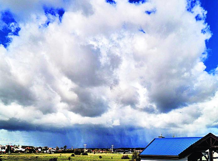Chmura kłębiasta deszczowa, czyli cumulonimbus congestus. W dolnej części składa się z kropel wody, w górnej - z kryształków lodu. Może być źródłem gwałtownych opadów!