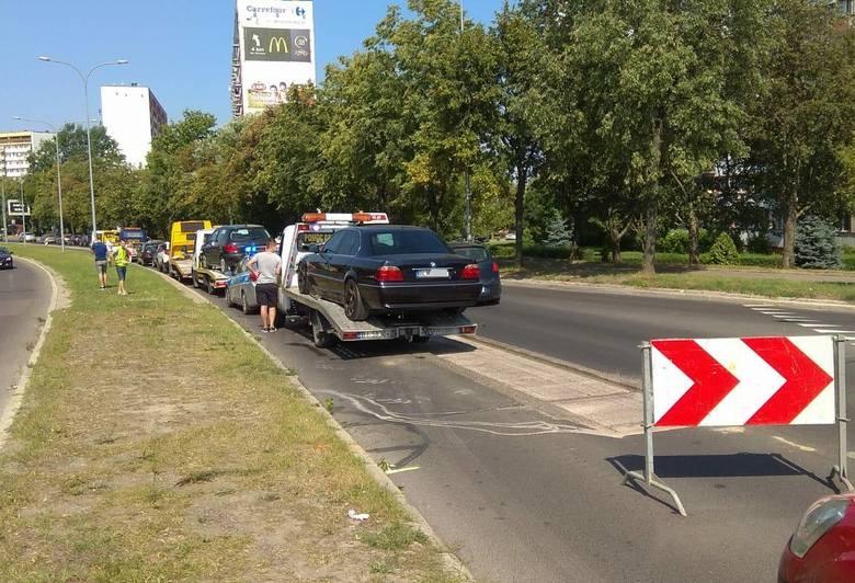 Do pierwszej z kolizji doszło przed godziną 10. Na wiadukcie Dąbrowskiego było zwężenie ruchu. Na jednym pasie trwały roboty drogowe.