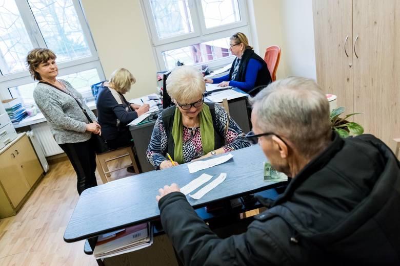 Trzynasta emerytura to dodatkowe świadczenie, które otrzymują emeryci w 2021 roku. Kto i kiedy otrzyma te pieniądze? Szczegóły na kolejnych zdjęciach