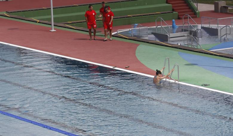 Na basenach nie obowiązują już limity gości, pogoda jest piękna, a mimo to na obiektach ROSiR pustki. W sobotnie przedpołudnie spotkaliśmy tam zaledwie
