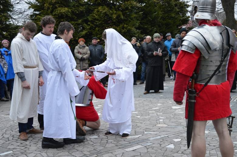 Przejmująca inscenizacja Drogi Krzyżowej w Szydłowie