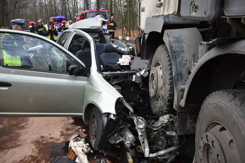 Wypadek w Katowicach: Samochód ciężarowy staranował toyotę.