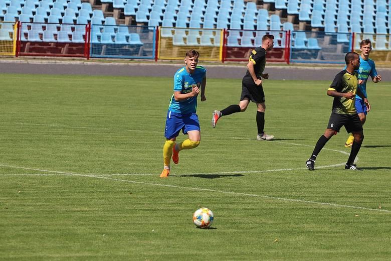 Korona Ostrołęka przystąpiła do tego meczu wzmocniona. W tygodniu do klubu dołączył 19-letni Sebastian Kwaczreliszwili.