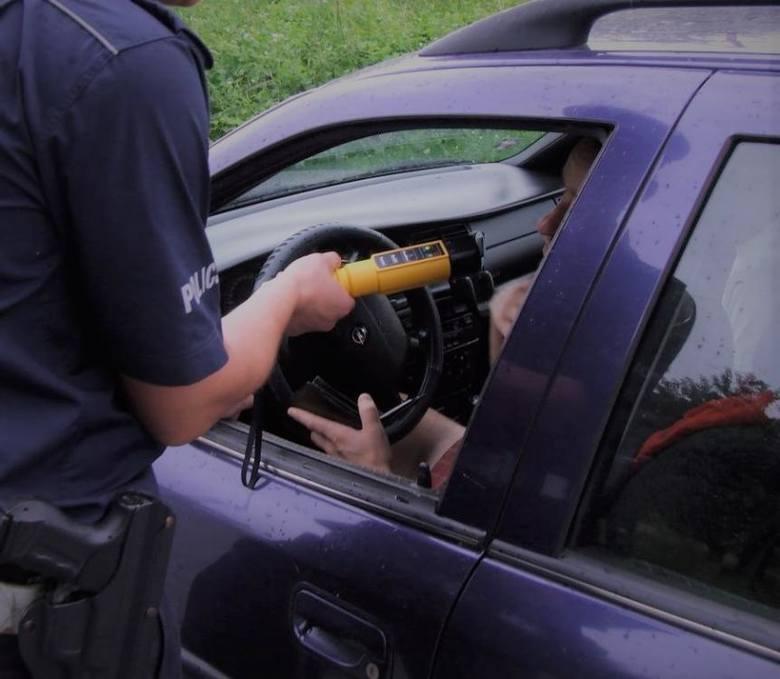 Policja łapie pijanych kierowców i pod wpływem narkotyków. Używa specjalnych urządzeń i testerów
