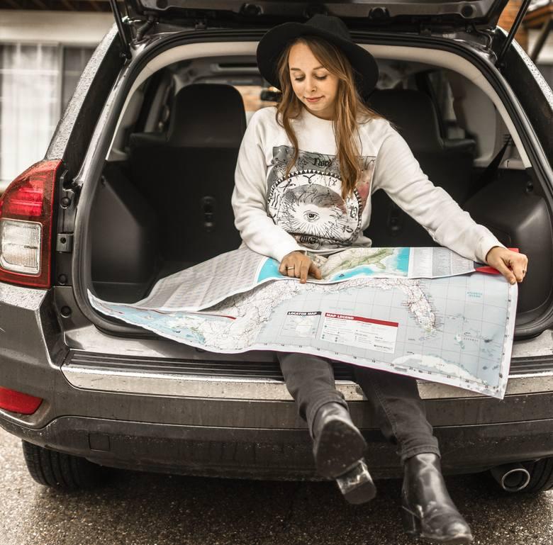 Wybierasz się na urlop samochodem? A może masz plan, żeby wypożyczyć auto na miejscu? Uważaj na te zakazy, za które możesz przypłacić surową karę. Mandaty