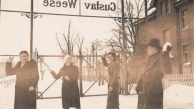 Zabawa w śnieżki, na zdjęciu ciocie naszego Czytelnika, Lecha Malinowskiego
