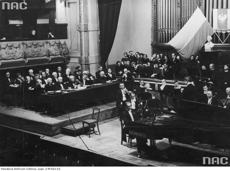 Widok na estradę podczas wykonywania koncertu chopinowskiego przez jednego z uczestników; z lewej - jury, w środku - uczestnicy, którzy uzyskali największą ilość punktów podczas eliminacji