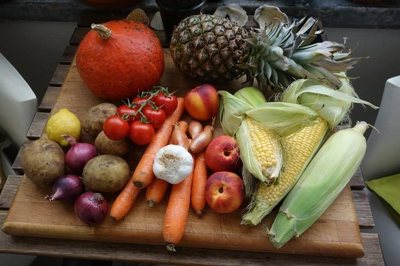 Jeżeli do tej pory warzywa i owoce stanowiły znikomą część naszej diety, należy to zmienić. To świetne źródło błonnika oraz witamin. Pamiętajmy, by poszczególne