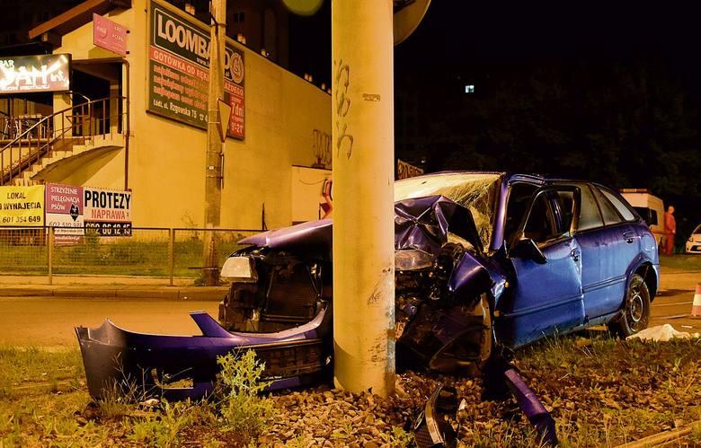 Pijani rozbili auto, wyjęli   fotelik z 2-latką i uciekli!
