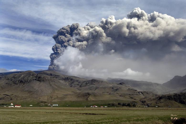 Erupcja islandzkiego wulkanu Eyjafjallajökull w kwietniu 2010 roku, która sparaliżowała ruch lotniczy w Europie