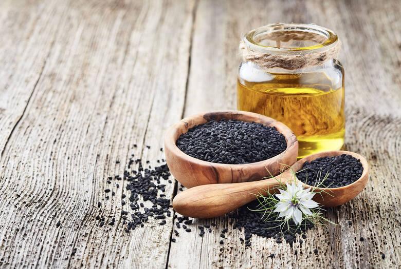 Olej tłoczony z cennej i smacznej przyprawy, jaką jest czarnuszka siewna, zapewnia skuteczną ochronę przez promieniowaniem ultrafioletowym. Ma dość wyrazisty,