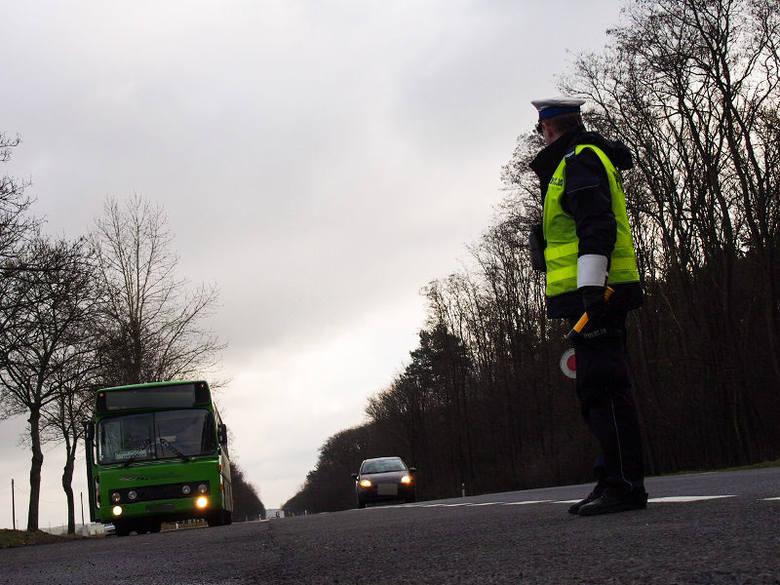 """W piątek 5 lutego lubuska drogówka wspierana mundurowymi z innych pionów i funkcjonariuszami ITD przeprowadziła działania pn. """"Alkohol i narkotyki""""."""