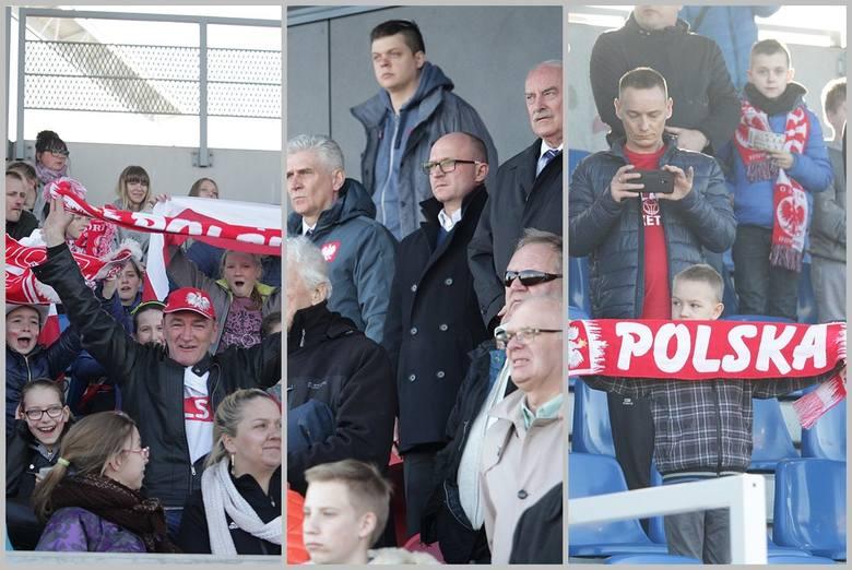 Na meczu piłki nożnej kobiet Polska - Albania na stadionie OSiR we Włocławku było wielu kibiców. Na trybunach zasiadło prawie 2 tysiące fanów futbolu.