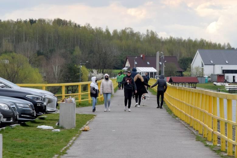 Nad zalewem w Cedzynie można pospacerować, pojeździć na rowerze, popływać na łódce, a także zjeść pysznego hot-doga. Mimo, że poniedziałek, 3 maja nie