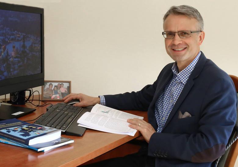 Sławomir Pastuszka, doktor habilitowany w dziedzinie nauk ekonomicznych, związany z Uniwersytetem Jana Kochanowskiego w Kielcach.