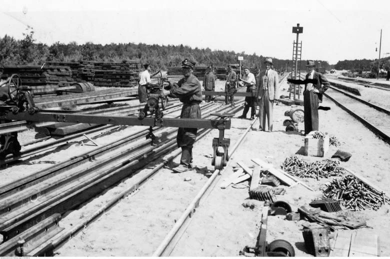 Budowa nowego szlaku  kolejowego ze Śląska do Gdyni przez odludne tereny była trudna i kosztowna