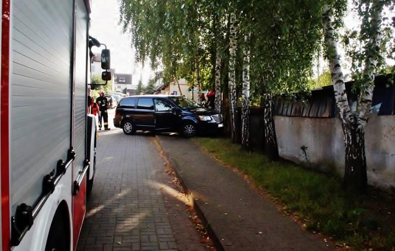 W dniu dzisiejszym o godzinie 8.20 doszło do kolizji na ulicy Adama Grucy. Kierujący pojazdem kategorii VAN dostał ataku padaczki po czym uderzył w przydrożne